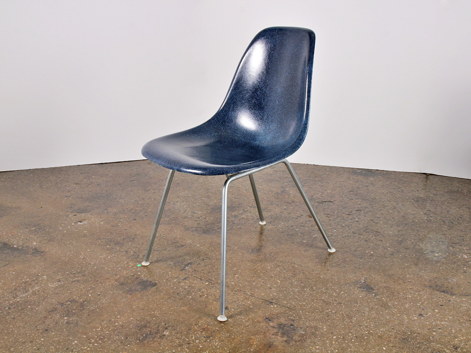 Dating Eames Shell Chair