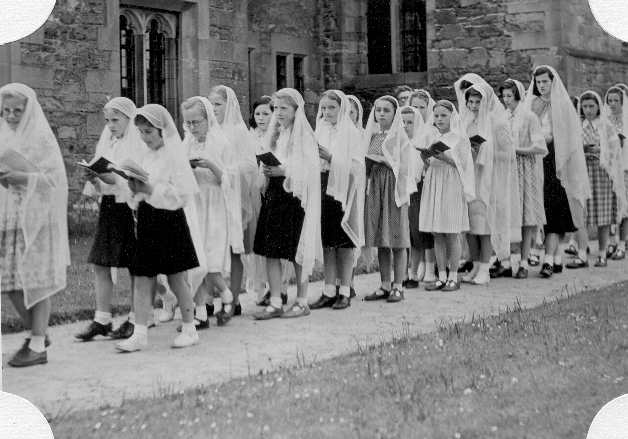 Kids in May Procession 1952 greyfriars.jpg
