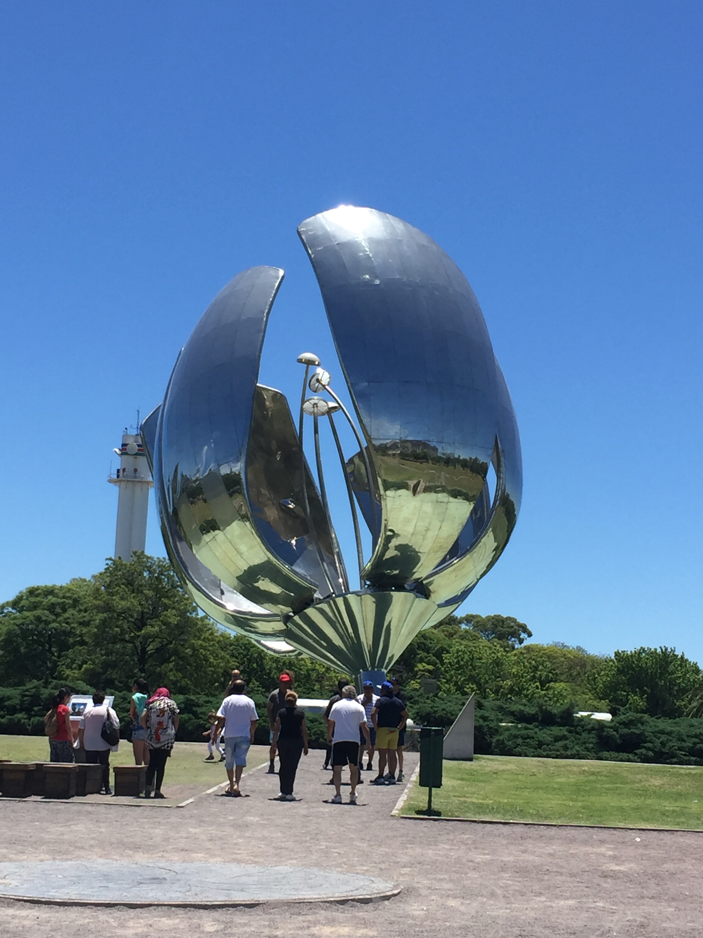 """Floralis Generica, the aluminum flower sculpture that """"blooms""""daily in Buenos Aires."""