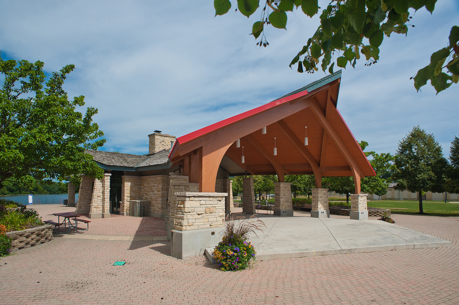 The band shell is integrated with the existing structure with prow-shaped overhangs to create larger cantilevers.