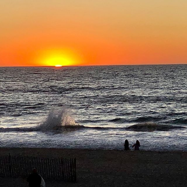 Sunday ended with a splash. 🌊 😊 . . #sunday #fallincalifornia #redondobeach #ratbeach #happydays #rivieriavillage  #hollywoodriviera  #visitredondo #losangeles #beachtown #sunset #pacificocean #esplanade #manhattanbeach @southbay.photos #hermosabeach #torrance #southbayphotos #beachlife @redondobeachtourism