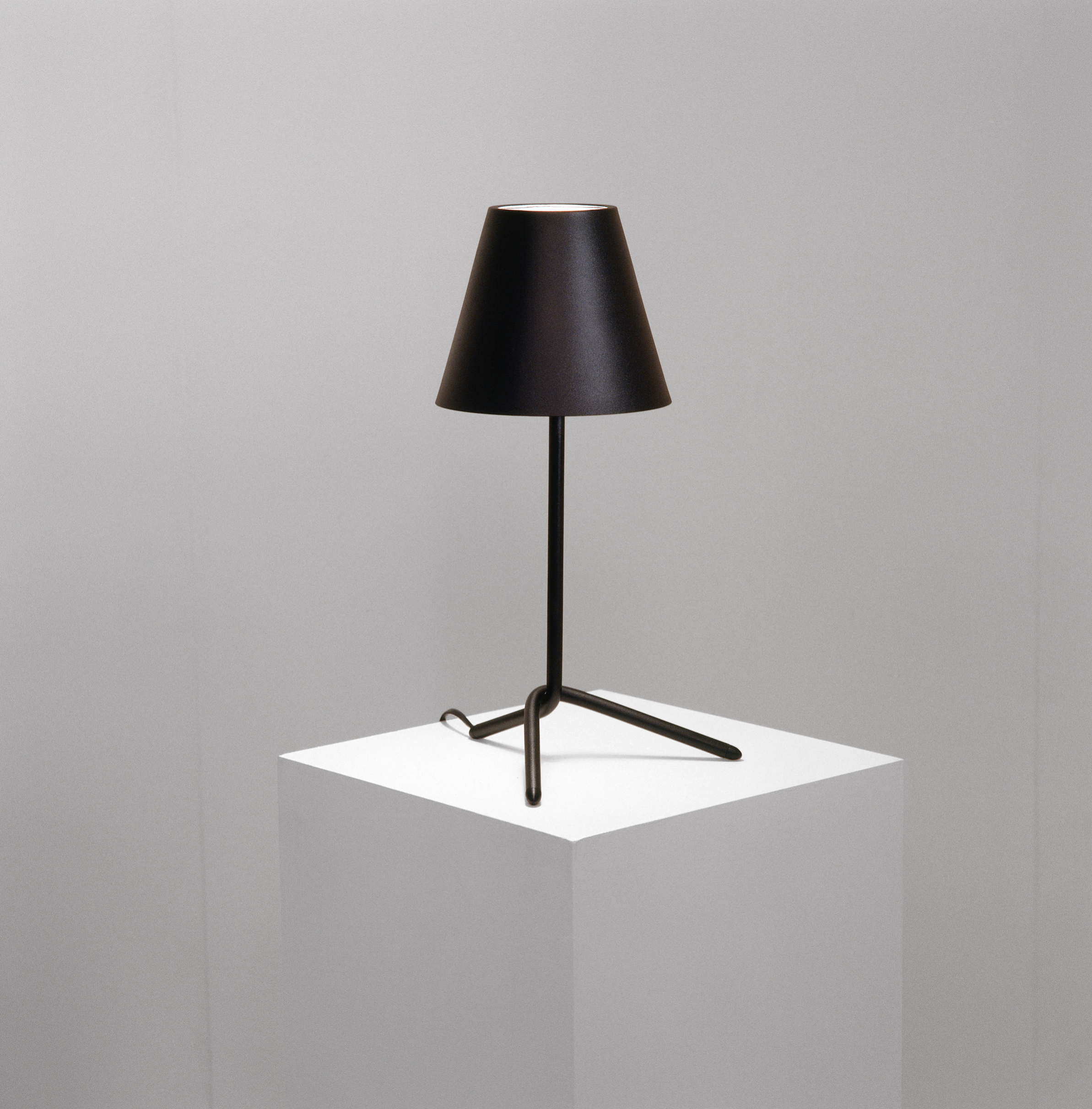 Shady Table Lamp in black