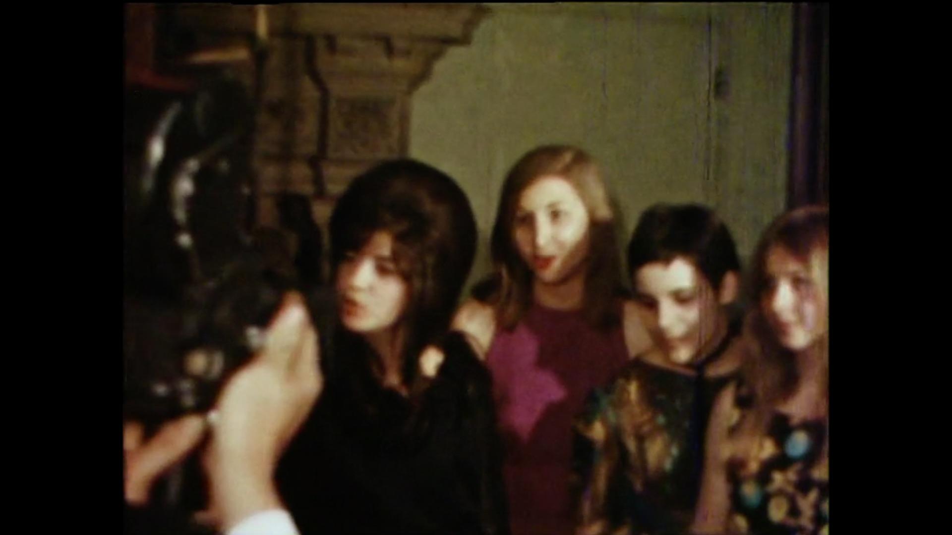 Besucherinnen eines Kunsthappenings von Kurt Fahrner an der Missionsstrasse 8, 22. Mai 1965. Standbild aus: «Kurt Fahrner – Shinto Bérénice» (CH 1965).