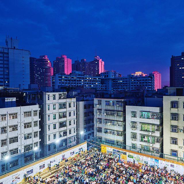 De inwoners van de wijk Hubei in Shenzhen vieren feest, ze zijn in één klap schatrijk geworden. Want op hun grond zal de hoogste toren van China worden gebouwd #2017 #throwback #hartvanchina #china #documentary #rubenterlou #photographer #shenzhen #dehaaien @dehaaien #vpro @omroepvpro #rubenterlou
