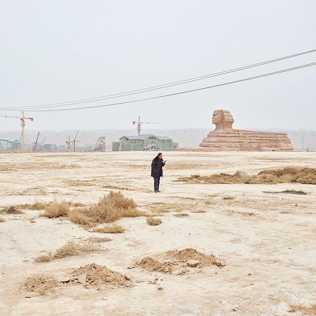 Deze sfinx staat niet in Egypte, maar in Lanzhou New Area. #kopiërenisookeenkunst #china #lanzhou #兰州 #rubenterlou @dehaaien @omroepvpro @galeriefontana #chinesedromen