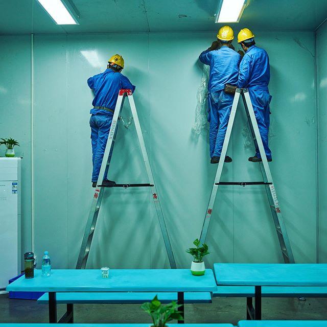 Workers making up the canteen of Guangqi automobile factory #guangzhou #广州 #hartvanchina #china #documentary #photographer #rubenterlou @dehaaien @omroepvpro @galeriefontana #chinesedromen