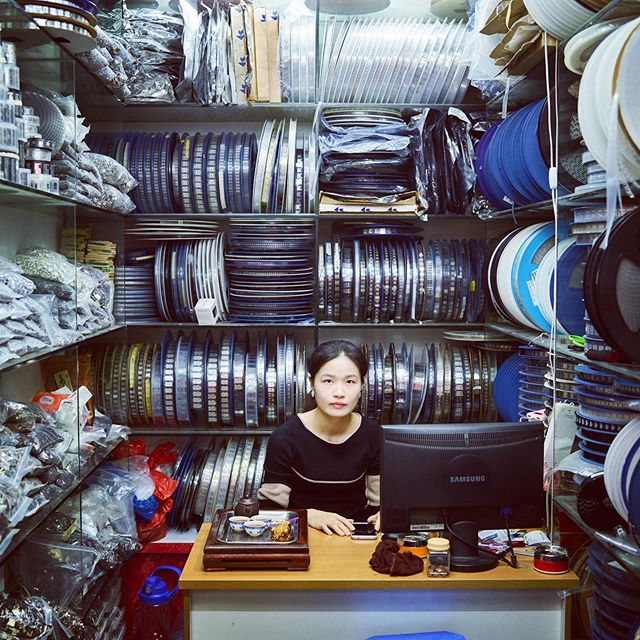 Woman selling electronic parts. The Pearl River delta is the factory of the world, and Shenzhen has become an innovation hub and China's Silicon Valley #hartvanchina #china #documentary #ruben terlou #dehaaien @dehaaien #vpro @omroepvpro #rubenterlou @galeriefontana #photographer #shenzhen #深圳 #siliconvalley