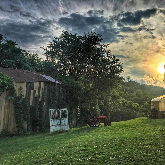 #summer #sunset on the #farm 🚜 . . #urbanfarming #summertime #sky #skyporn #betweenstorms #seasons #farmfresh #farmtotable #churchviewfarm #pittsburghfood @blackradishpgh #blackradish #homegrown #yum #beautiful #delicious #fun #friends #travel #wanderlust #inspire #live #life #delish