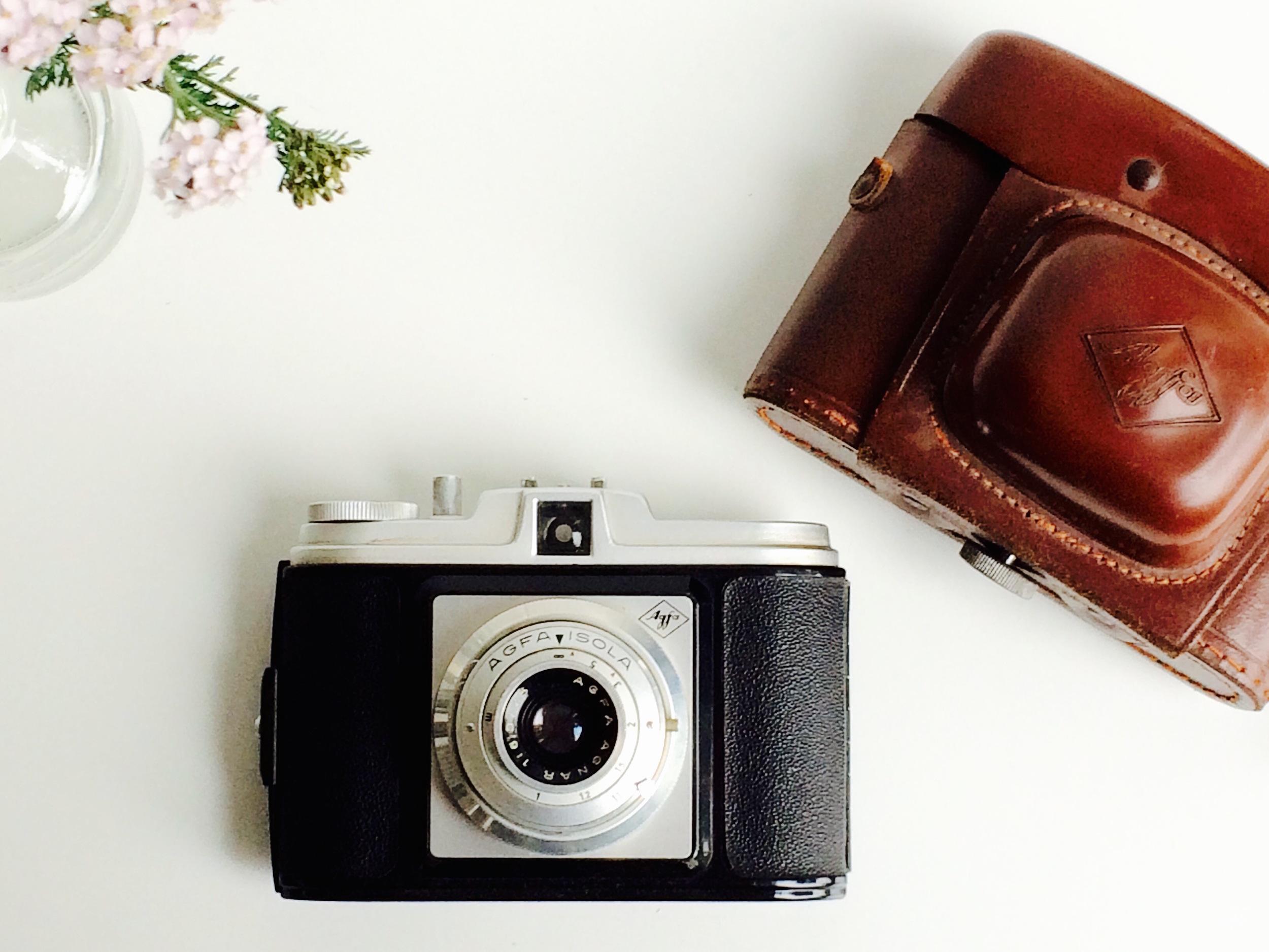 De camera van opa! Hij fotografeerde vooral het leven in en om Rotterdam. Van hem gekregen toen ik 6 was. Het zou de laatste keer zijn dat ik hem zag.
