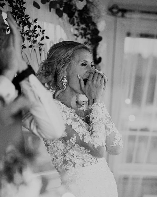 Känslan när bästa vännerna skrivit en egen låt om er och framför den på bröllopsfesten! 🥳