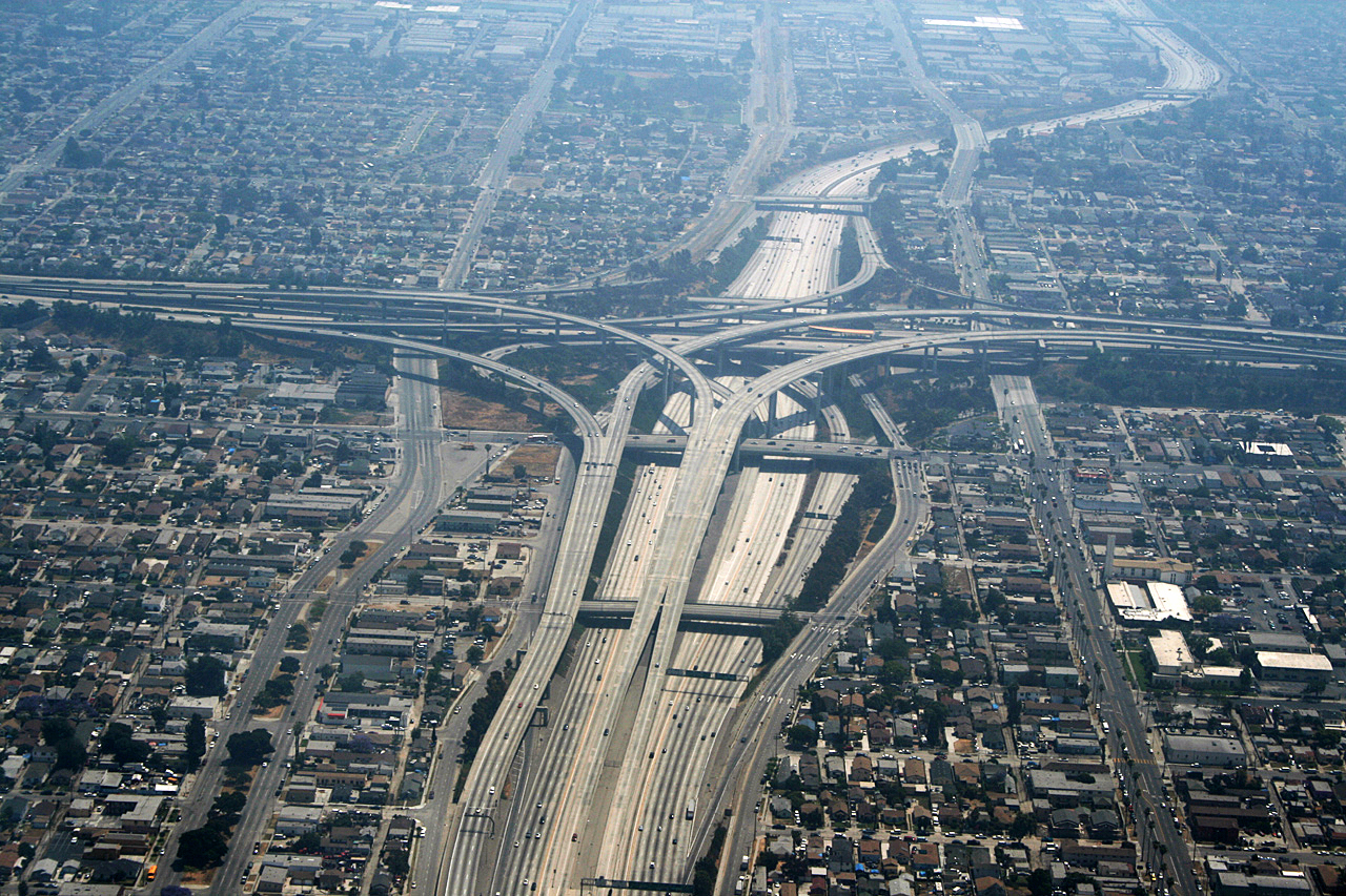 I am  very skeptical of stack interchanges in seismically active areas  image: © Rémi Jouan,  CC-BY-SA  ,  GNU Free Documentation License  ,  Wikimedia Commons