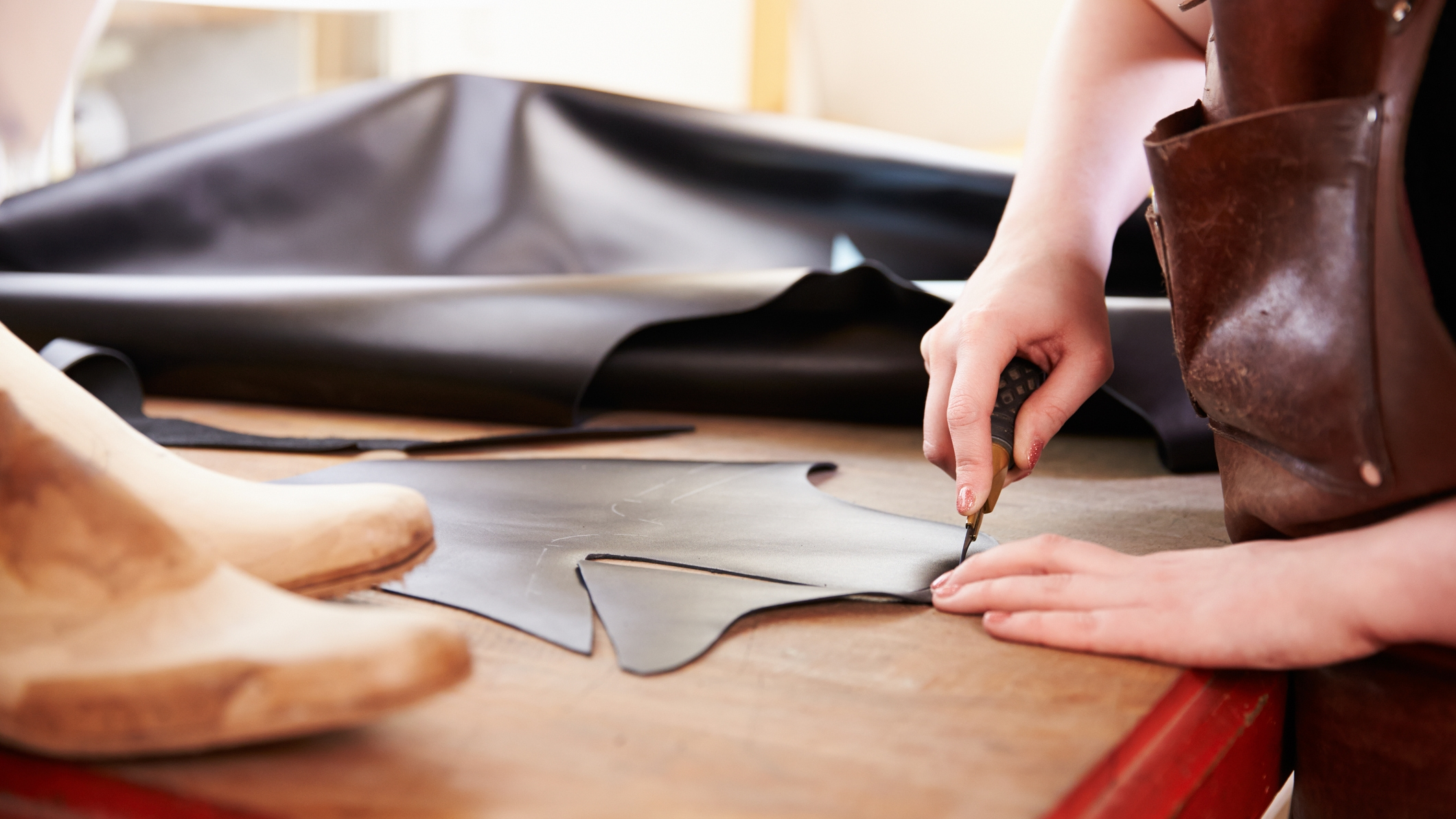 Cutting - The skillful hands of the shoe craftsman make the cutting with high precision.
