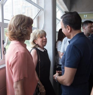 The Governor of São Paulo, João Doria, and his Secretary for Social Development, Celia Parnes, stopping to talk to Bonnie Ford, during the tour of the Cultura building which they took prior to the opening ceremony.