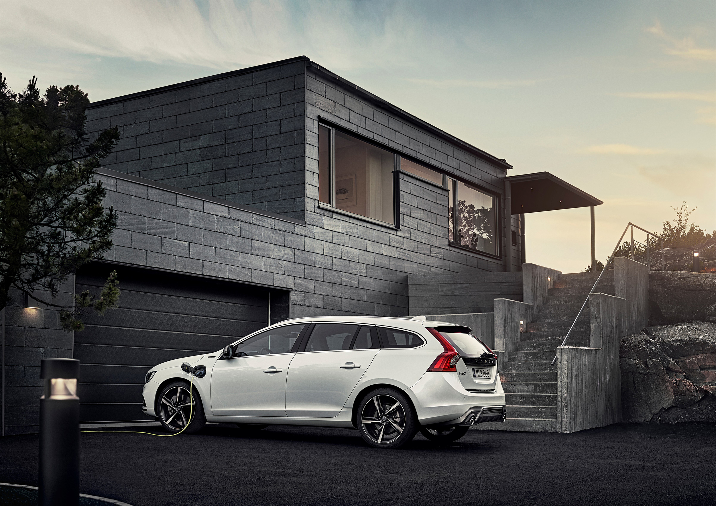 166470_Volvo_V60_Twin_Engine_model_year_2016.jpg