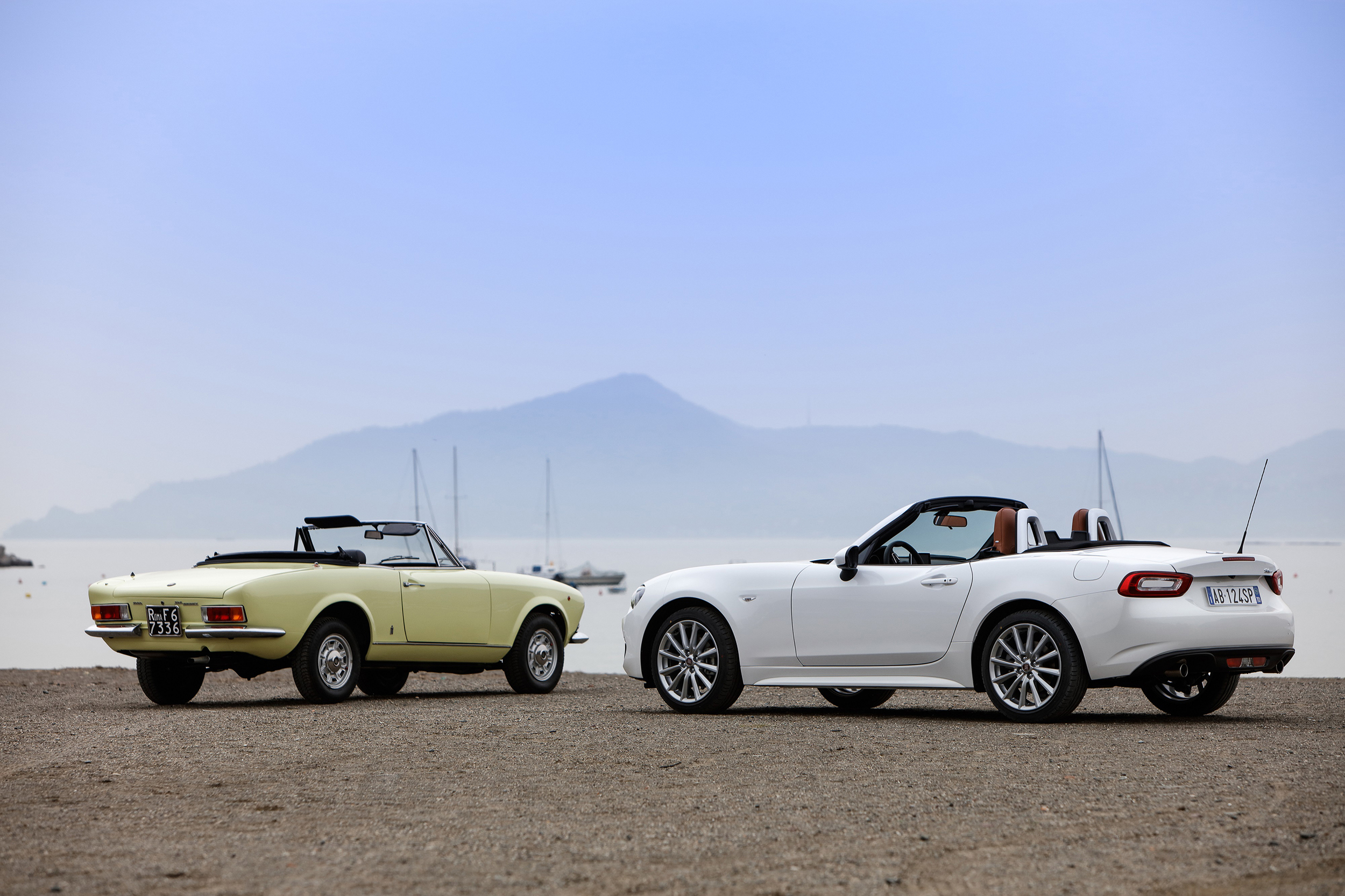 Classic Fiat 124 Spider and New Fiat 124 Spider_16.jpg
