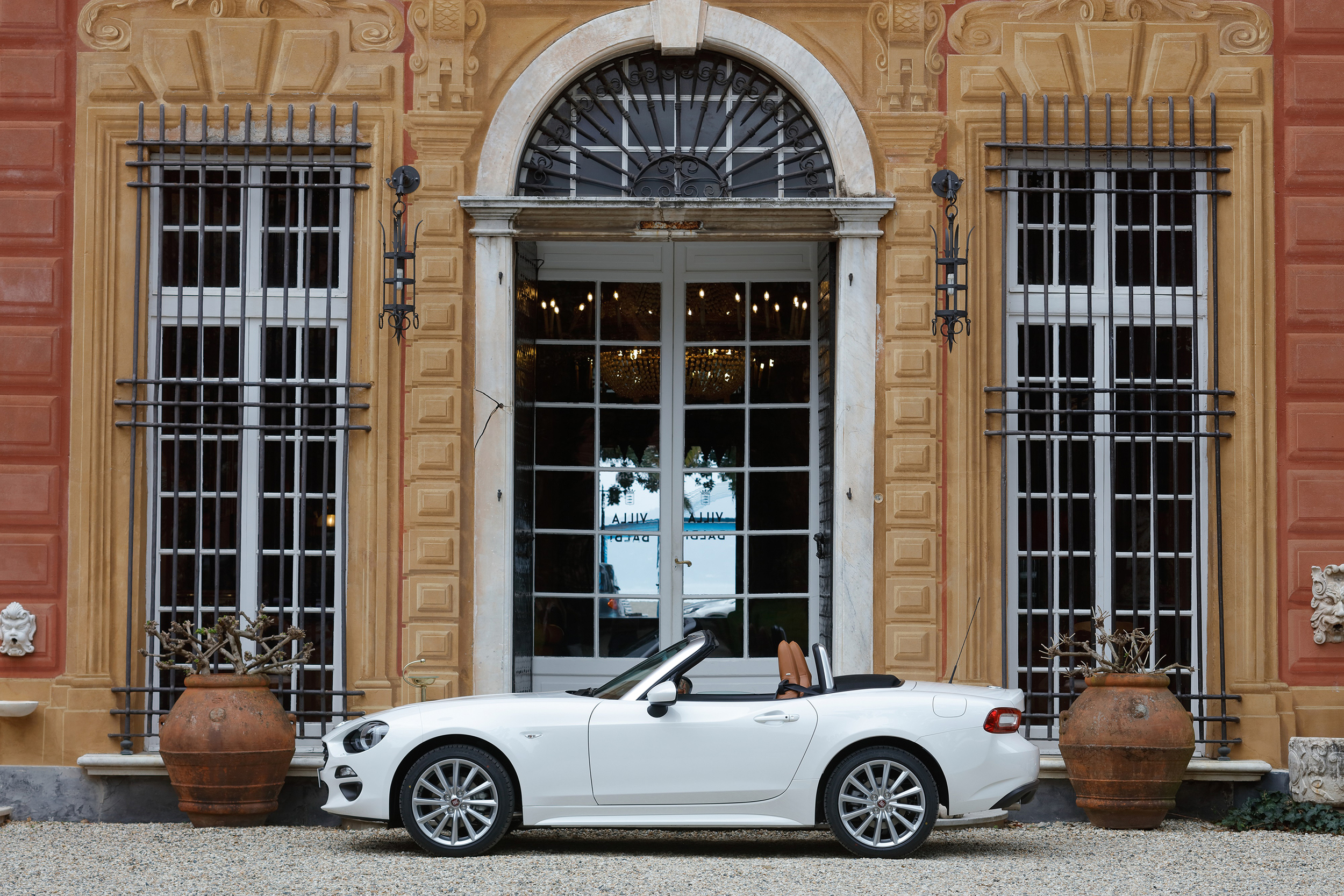 Classic Fiat 124 Spider and New Fiat 124 Spider_10.jpg
