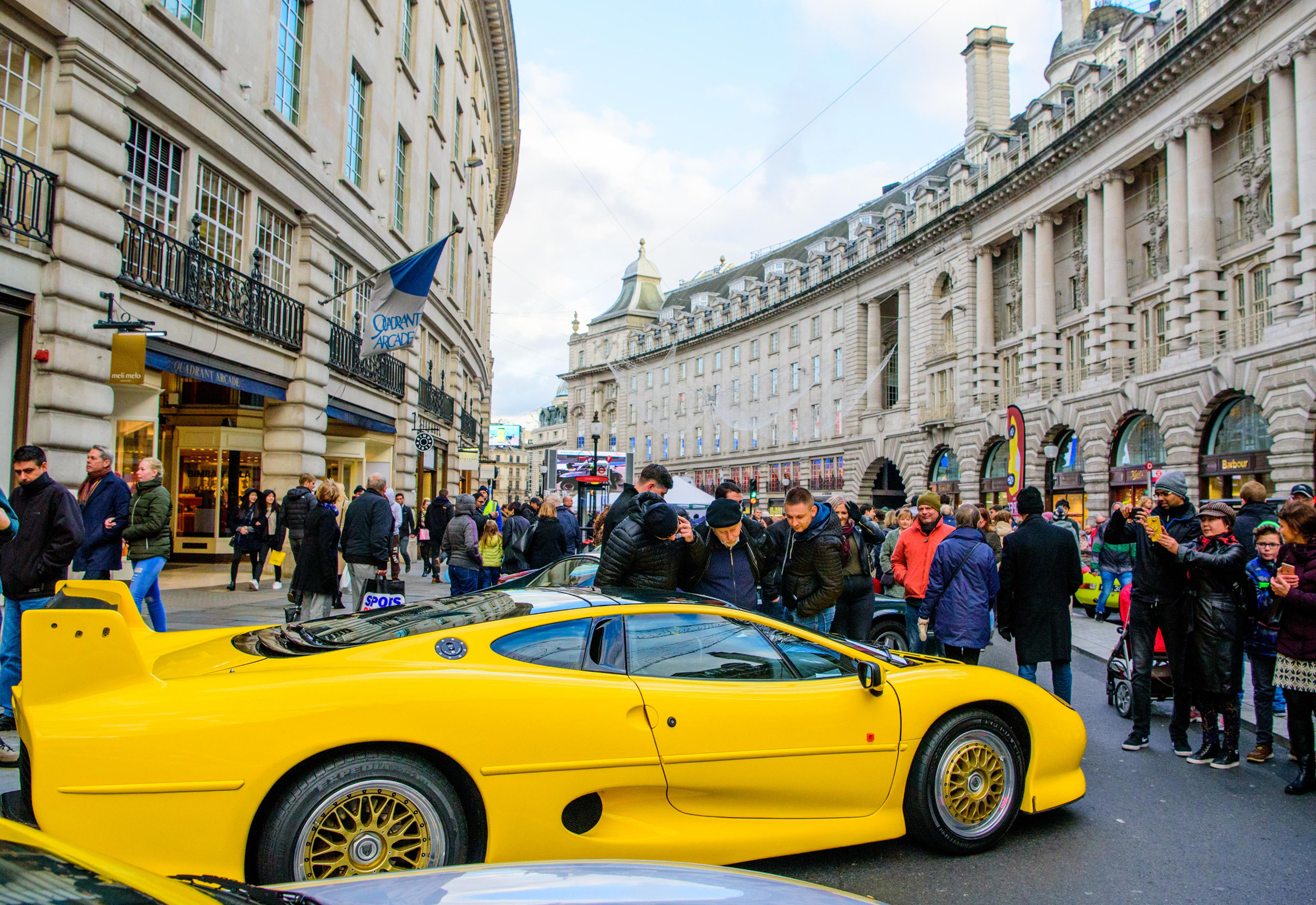 Jaguar-XJ220-attracts-attention-on-Regent-Street.jpg