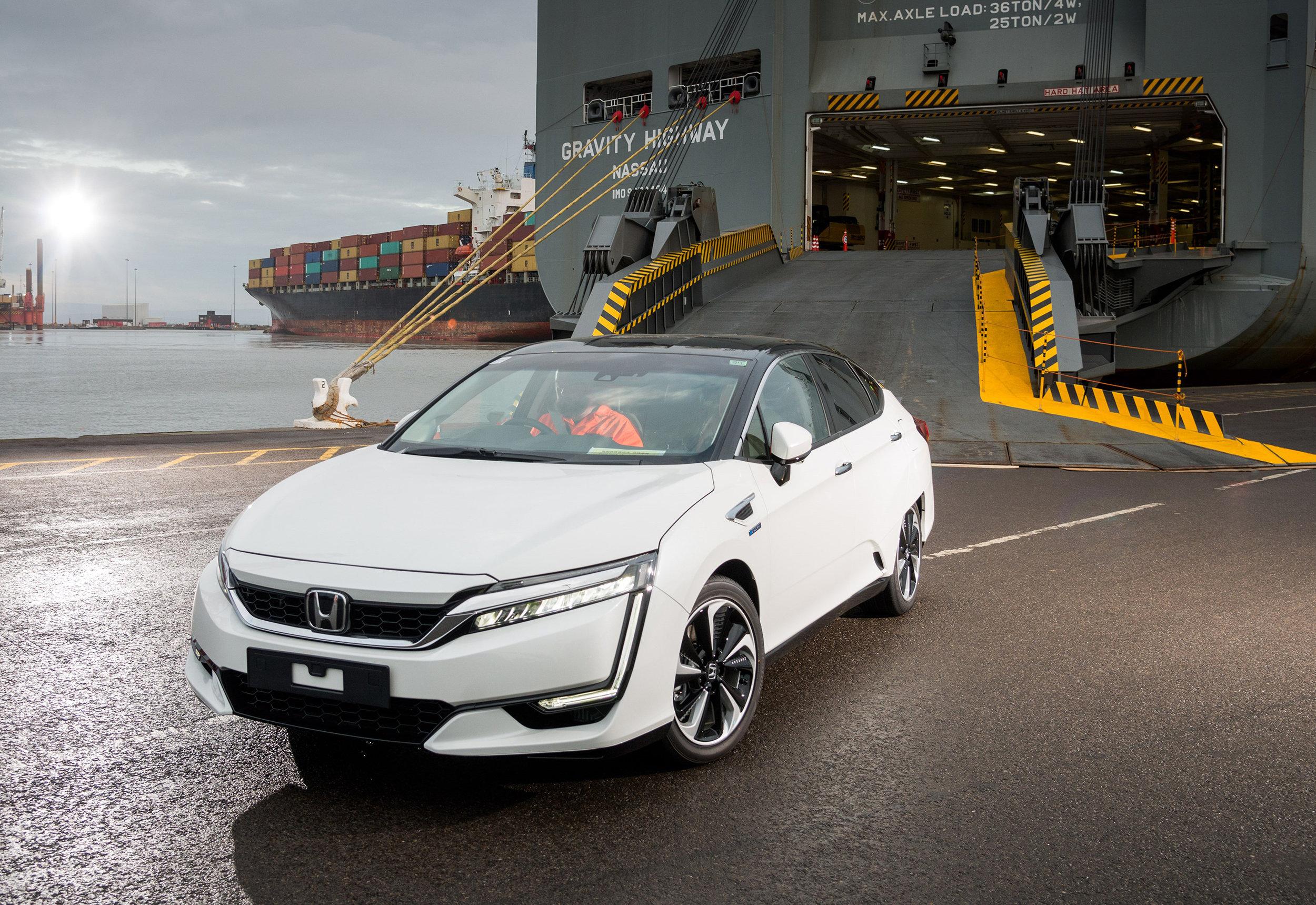 102256honda_100082_First_Honda_Clarity_Fuel_Cell_Arrives_in_Europe.jpg