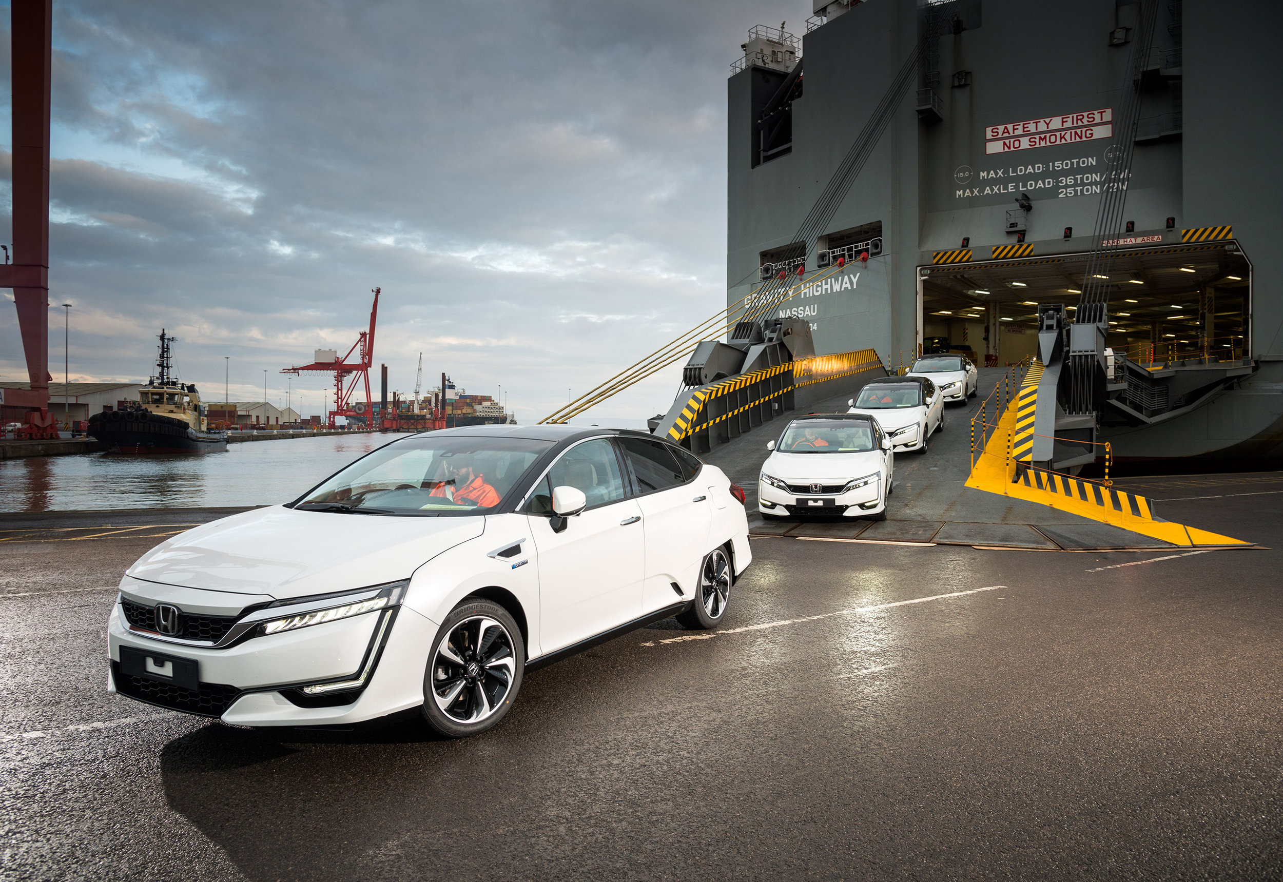 102256honda_100083_First_Honda_Clarity_Fuel_Cell_Arrives_in_Europe.jpg