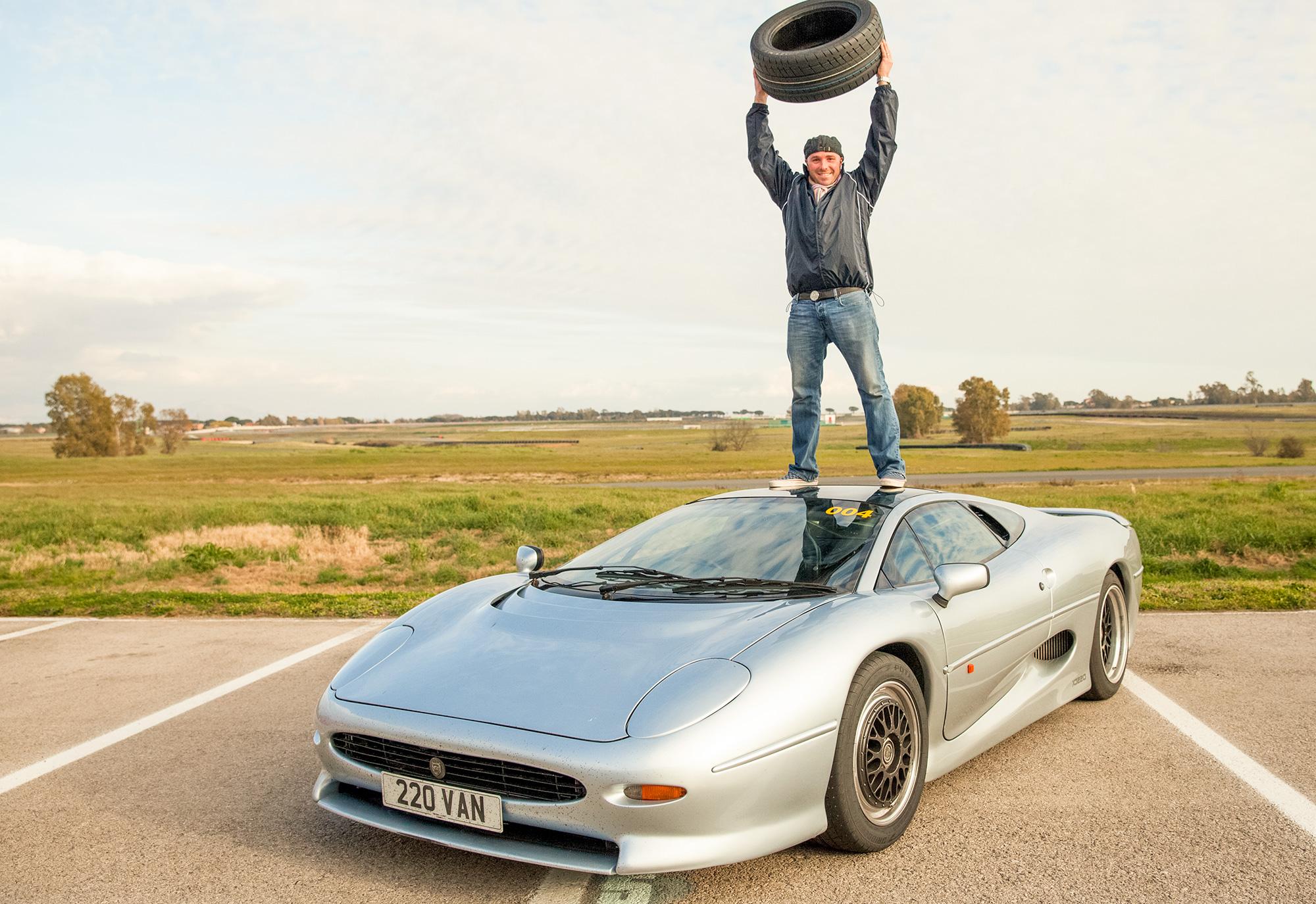 e15ARViJAeXszmB2cn6Xa3FQH4JfMsH0_Justin_Law_celebrates_the_availability_of_the_new_tyre.jpg