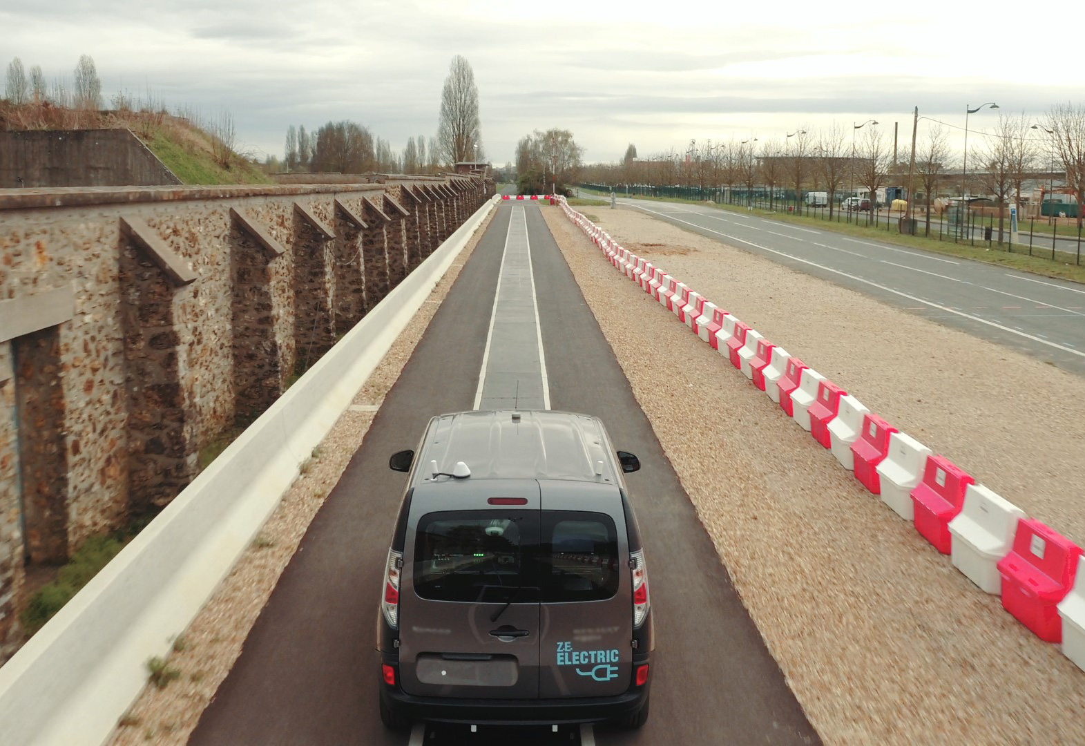 RENAULT-KANGOO-Z.E.-A-FUTURE-OF-NEVER-PLUGGING-IN-ELECTRIC-VEHICLES-180517-(2).jpg