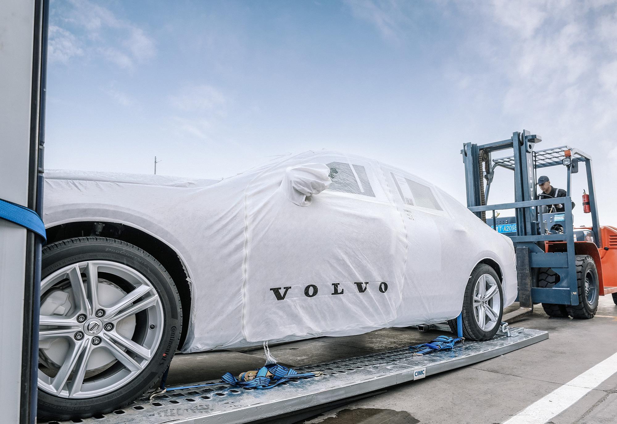 208621_First_China_built_Volvo_S90_sedans_arrive_in_Europe_via_ground_breaking.jpg