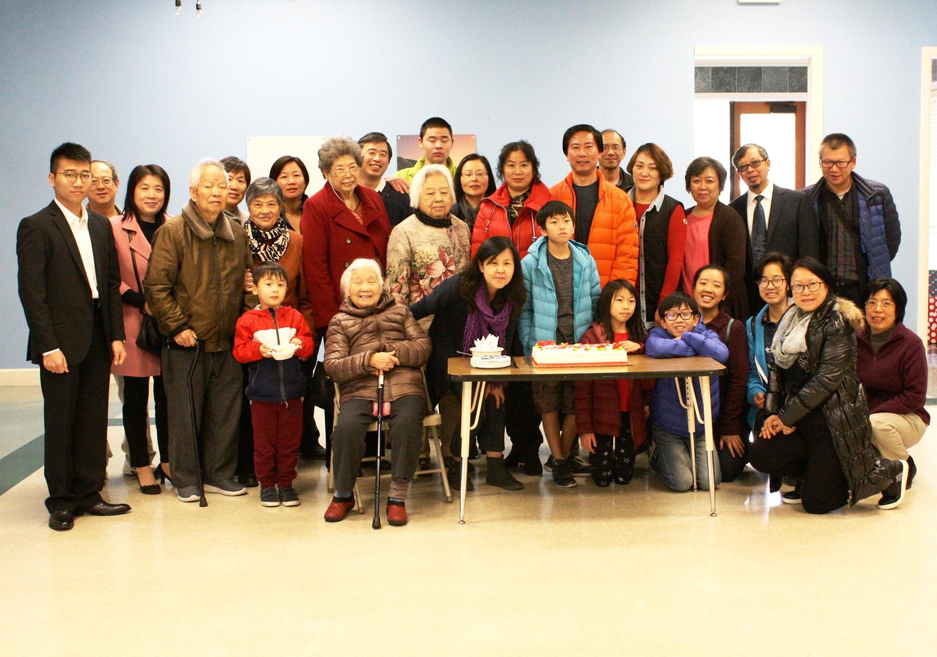 中文部的弟兄姐妹歡慶Tom弟兄和Mary姐妹加入新生命堂的大家庭