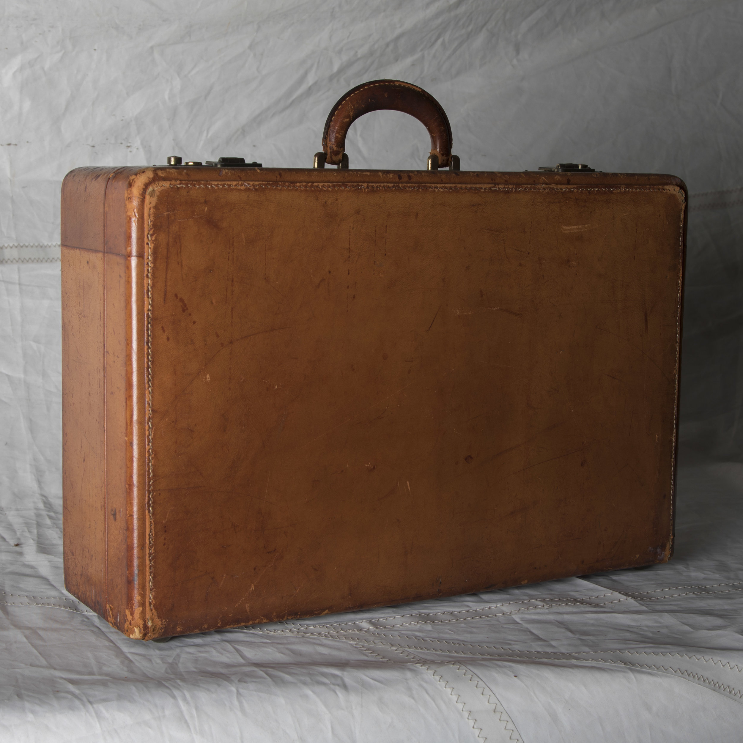 """LUGGAGE 12 VINTAGE BROWN LEATHER SUITCASE 21"""" L x 14.5"""" W x 7"""" D"""