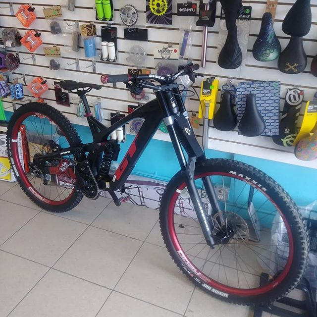 #thebikelery is selling there Demo  2019 GT Carbon Fury LTS 29r in a Medium size with factory warranty.Originally Priced $5775 Demo Price $4100 #gtbicycles