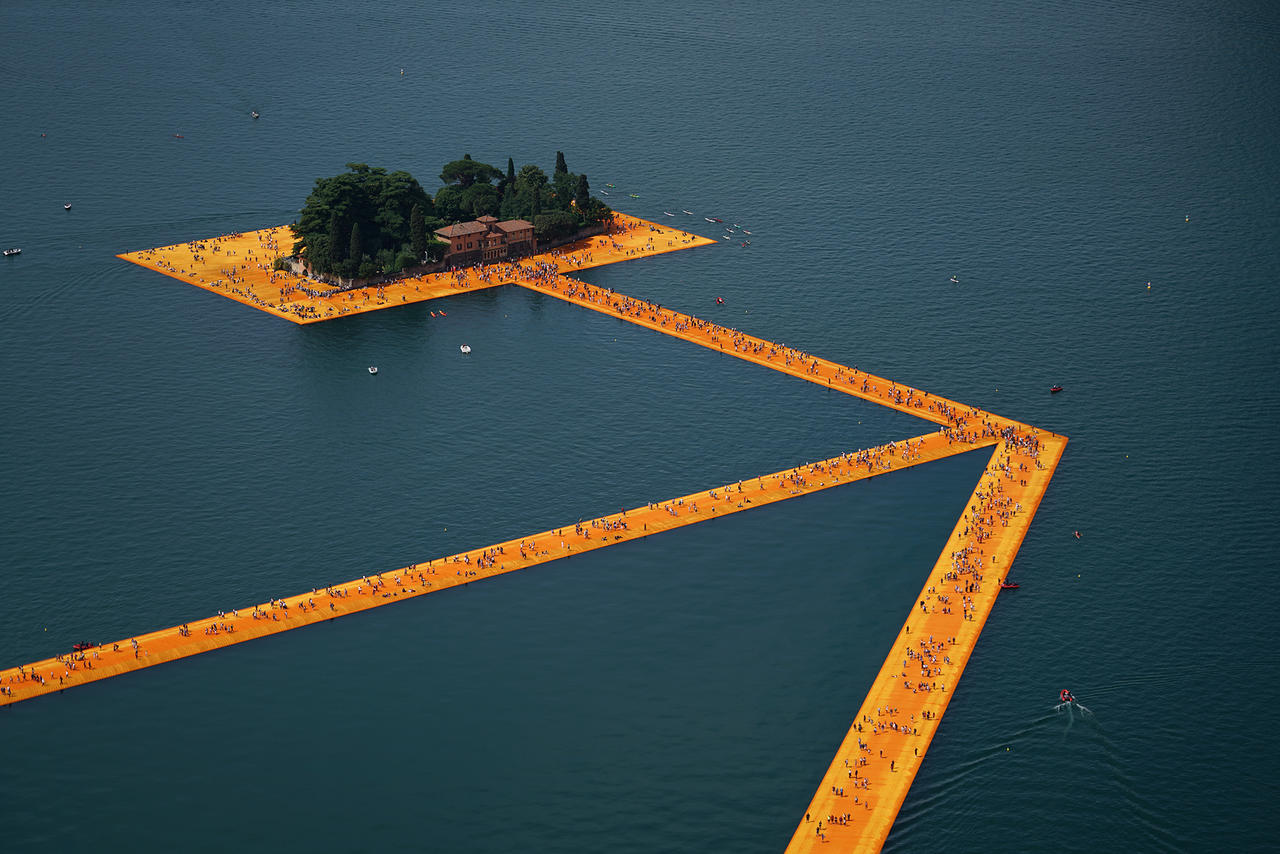 Christo and Jeanne-Claude, The Floating Piers , Lake Iseo, Italy, 2014-16  Photo: Wolfgang Volz  © 2016 Christo