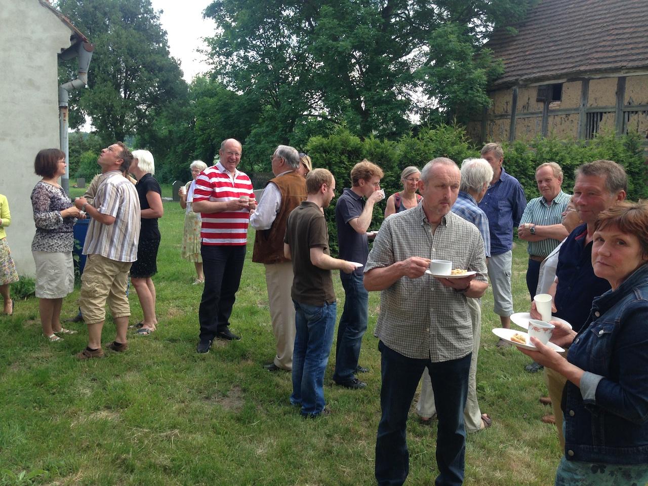 Mitwirkende und Gäste bei Kaffee und Kuchen