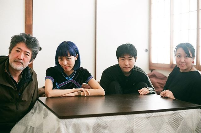 Aida family with me👪🙋♀️ neutの連載企画で #会田家 にお邪魔しました。優秀なエンジニアでありアート作品も手がける高校生の寅次郎くんがどのように育てられたか、会田誠さん、岡田裕子さんに伺いました。 . 「息子にはね、いわゆるメディア・アーティストになんかねなってほしくなんかないんですよ、僕はテクノロジーなんてわかりません、でもこいつが興味あるならそれでいいですよ。」 . と言ってる誠さんが印象的だったな〜。 . check on @neutmagazine 🦎 photo by @kotetsunakazato . . #会田家 #会田誠 #岡田裕子 #会田寅次郎 #contemporaryart #japaneseartist