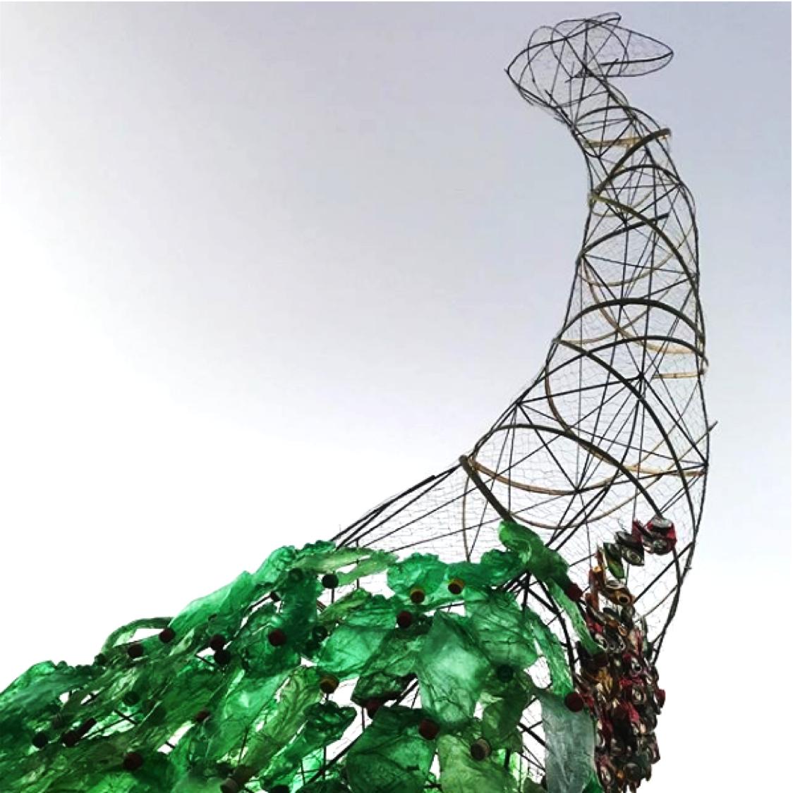 Dinossauro gigante construído em Brasília por Maria Koijck em parceria com a comunidade local, em comemoração ao Congresso.