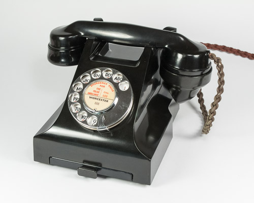 Telefone dos anos 50. Baquelite foi um dos primeiros plásticos popularizados no mundo.