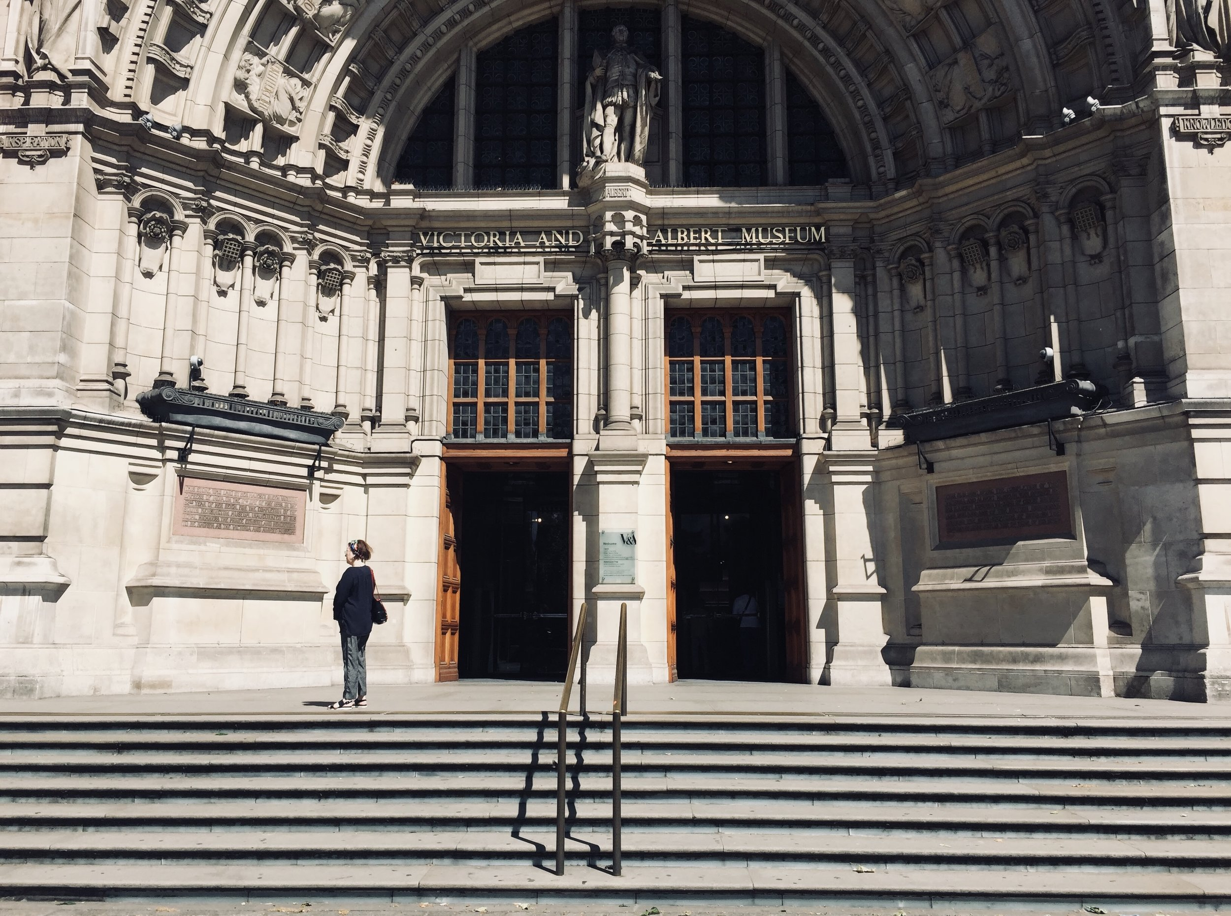 travel guide to london: Victoria and Albert Museum