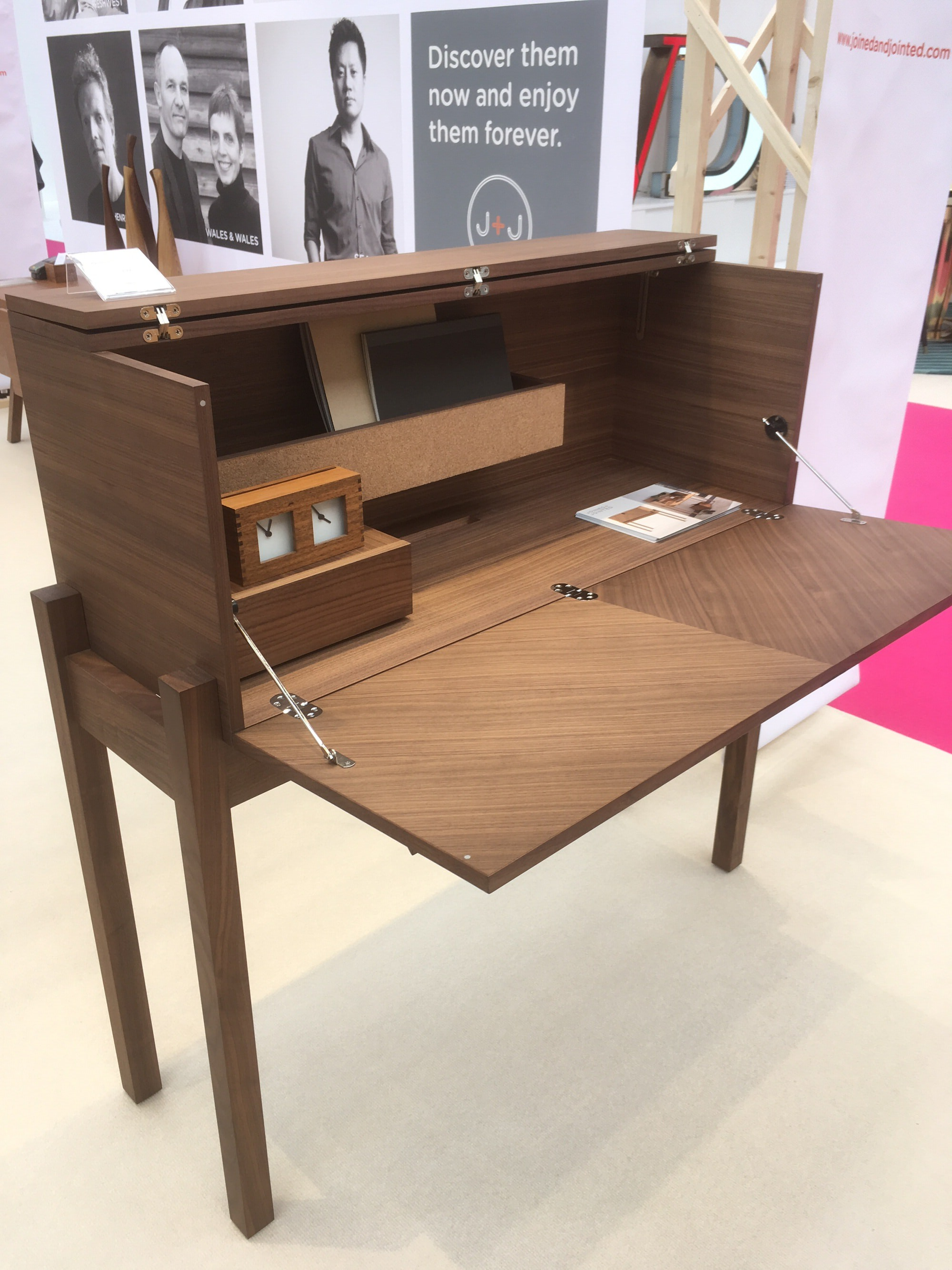 I spotted another wonderful desk from the @joinedandjointed by Lucy Kurrein, beautiful in walnut and oak.