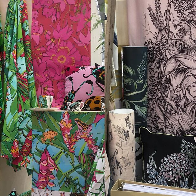 Next stop @100percentdesign I spotted these gorgeous fabrics by 'New Designers' as chosen by Barbara Chandler @sunnygran  Design Editor @eshomesproperty Think these would look great on an #sarahbeechotto #newfabric #100percentdesign #interiordesign #interiorinspo #londoninteriors #londoninteriordesigner