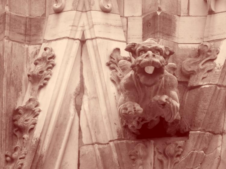OGM décorant une cathédrale