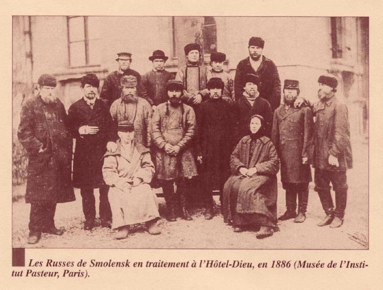Jamais à cette époque ne se répandit plus vite une information, cette formidable nouvelle d'un traitement de la rage, dans le monde entier. Des malades mordus affluèrent à Paris, de tous pays,pour profiter de la vaccination curative de monsieur Pasteur.