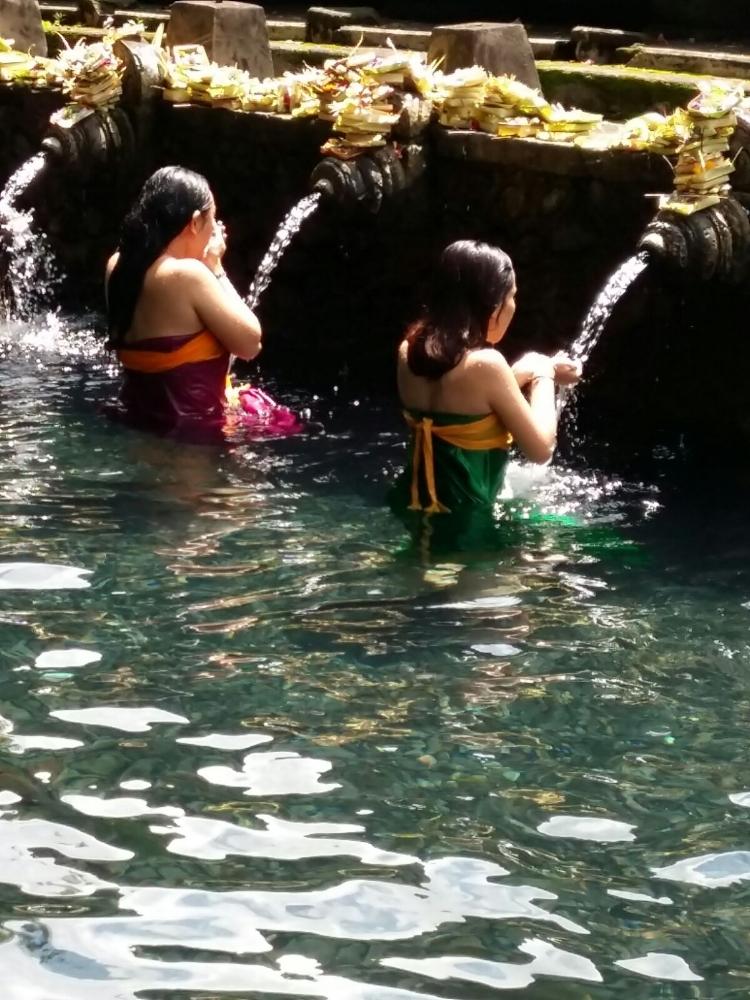 Le bonheur de la toilette, à Bali Photo Anne Beringuer