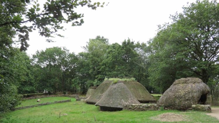 La révolution néolithique. Labourage et paturage. Village de Melrand.(56)