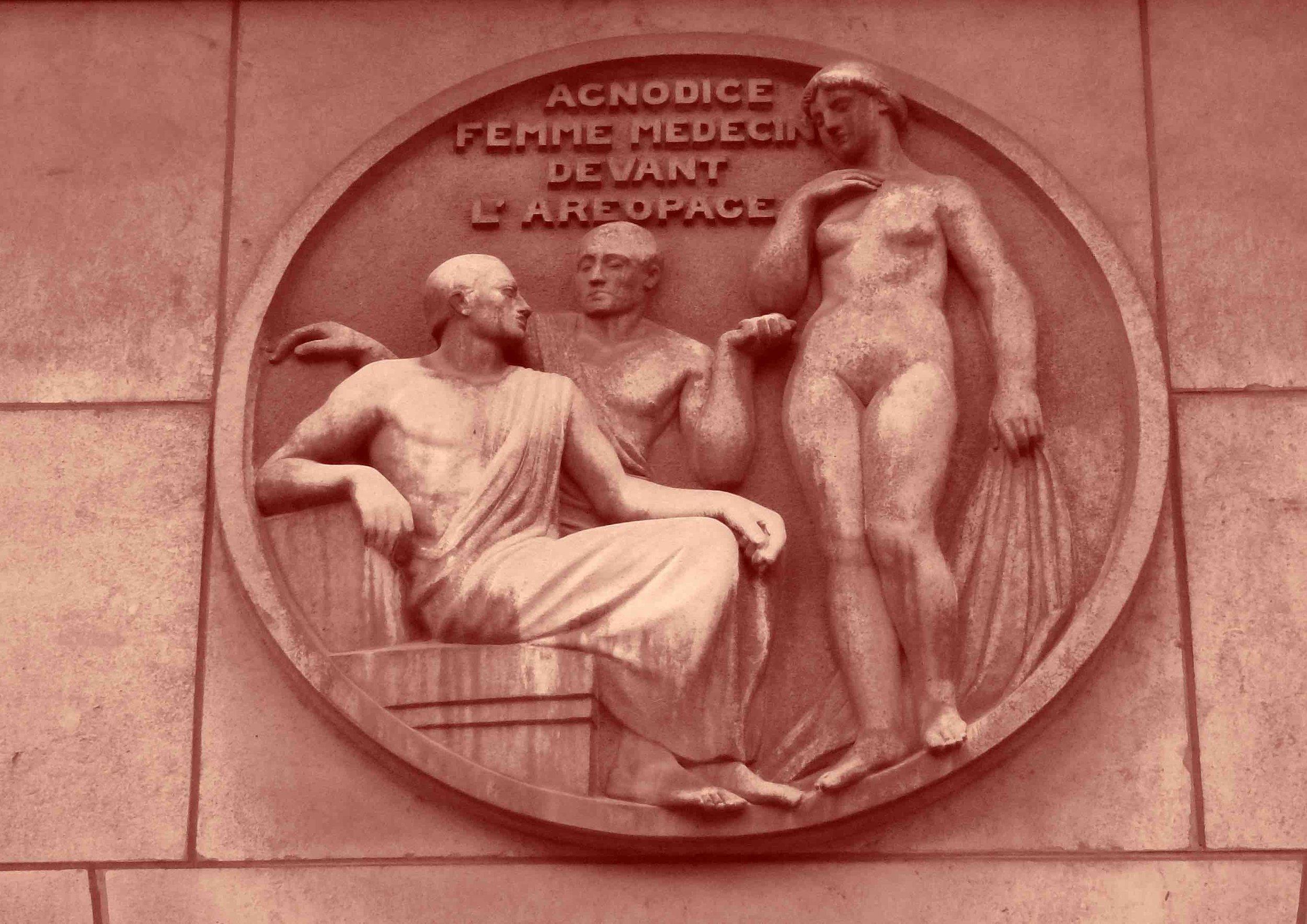 Obligée de se déshabiller devant l'assemblée, la première femme médecin grecque, gynécologue, pratiquait la médecine déguisée en homme.