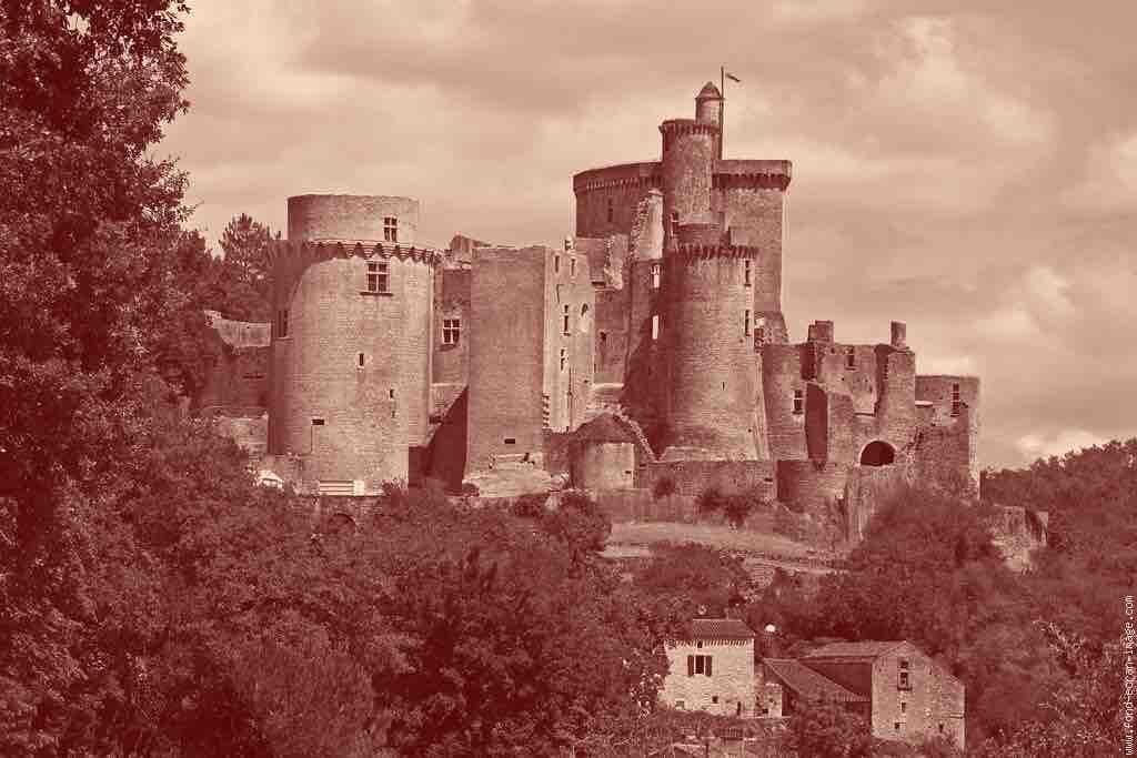 """Le château de Bonaguil est le château le plus complexe jamais construit. A la fin des travaux, vers 1500, il s'est avéré obsolète, et n'a jamais été attaqué. La puissance des nouveaux canons l'aurait fissa transformé en château de cartes. La """"transition écologique"""", c'est un peu Bonaguil. Un dispositif extrêmement complexe, des textes ardus à n'en plus finir, des rapports aussi nombreux qu' interminables. Au bout du compte, même pas une souris, pas même une musaraigne pygmée ! Cette transition ne peut être mesurée qu'à travers la baisse de nos émissions de CO2, point barre. Or, pas de baisse, ni actuelle, ni en vue, rien, pas un frémissement."""