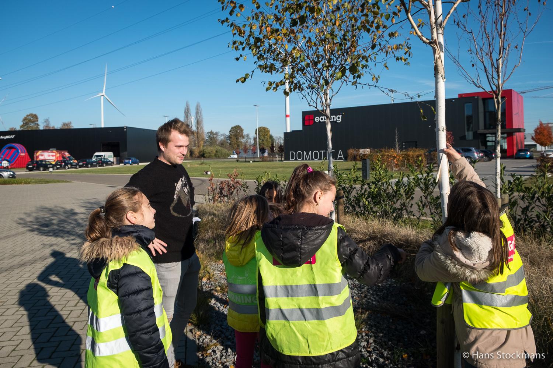 Om wat afwisseling te bieden tijdens deze plantdag, neemt Quares-stagiair Freek kleine groepen leerlingen mee op een fotozoektocht op het bedrijventerrein.