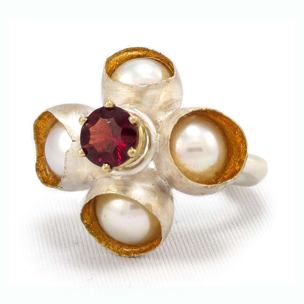 Queen of Hearts, ring