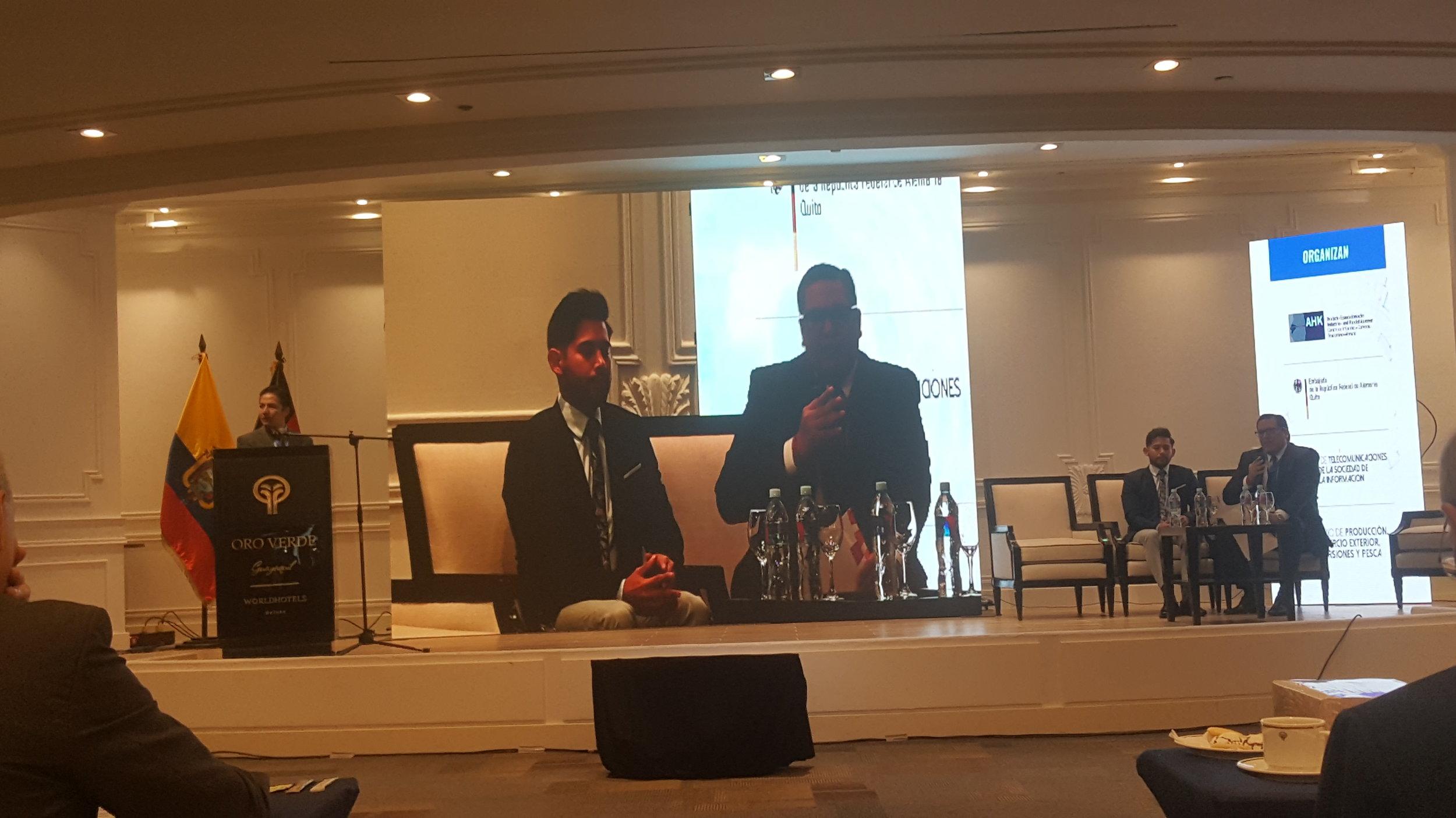 David Chang del i3lab, ESPOL, moderador del Foro sobre políticas gubernamentales para implementar la tendencia 4.0 en Ecuador y Patricio Bermúdez del MINTEL y Roberto Intriago del MPCEIP.
