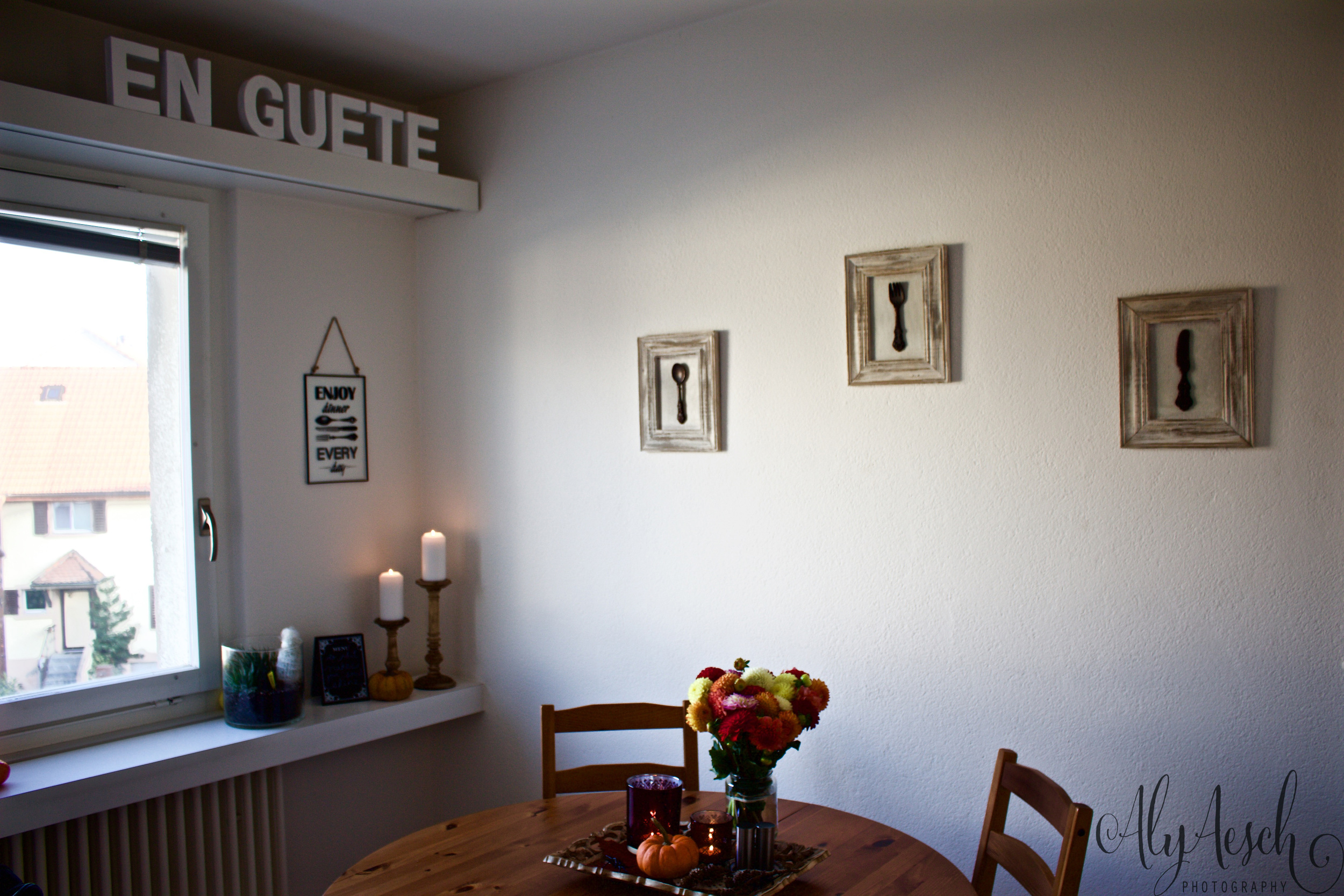 Here is the overview of my dining room. I adore it!  'En Guete' means 'Enjoy your meal'. It's the swiss version of 'bon appetite'.