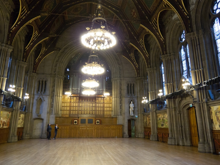 The Great Hall with its expansive space, ceiling panels, organ, and murals on Mancunian history. Image Credit:  Tom Page  via  Flickr   cc