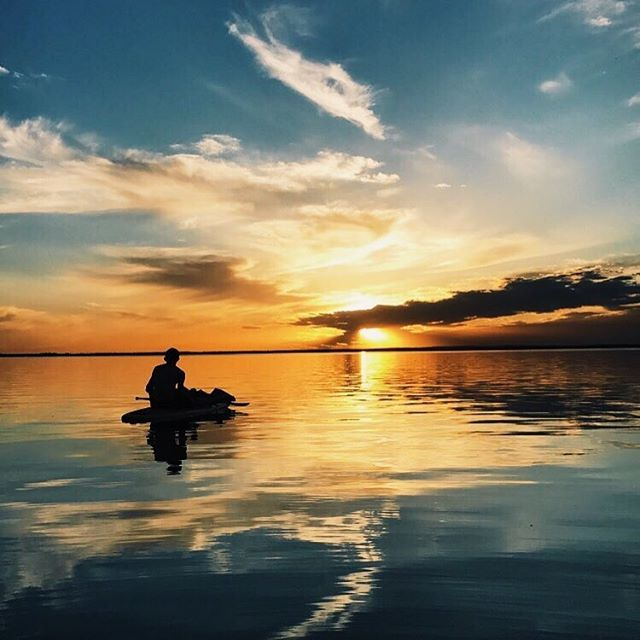 Best way to watch the sunset is on the lake! Make sure to check out the Marina this summer for our selection of motor boats, kayaks, paddle boards, pedal boats & more! 🔆#clearlakecountry #clearlake #ridingmountainnationalpark