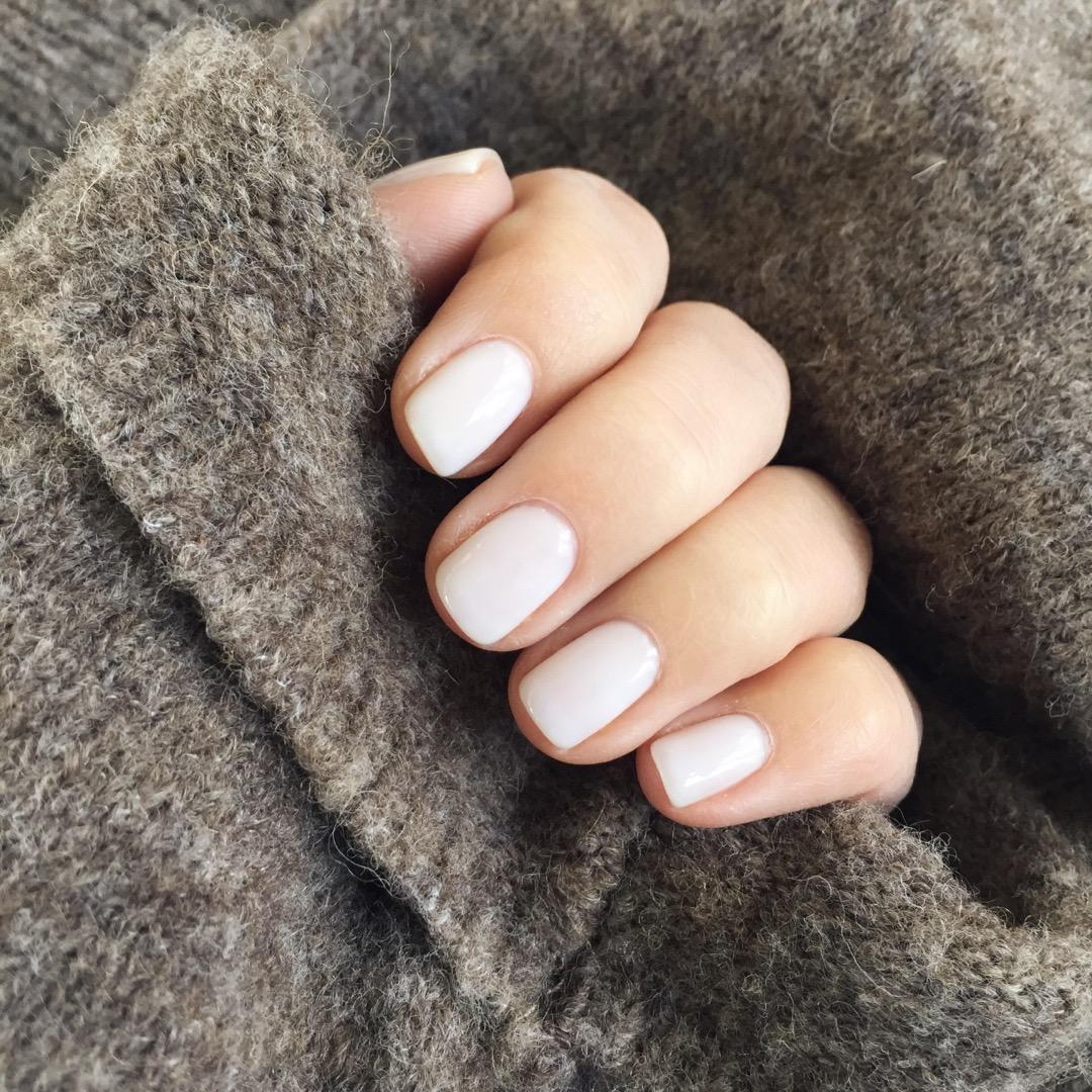 white manicure // pinebarrenbeauty.com